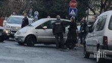 """ОТ ПОСЛЕДНИТЕ МИНУТИ: Акция в Бургас, има арестуван - тарашат """"Мерцедес"""" с жена зад волана"""