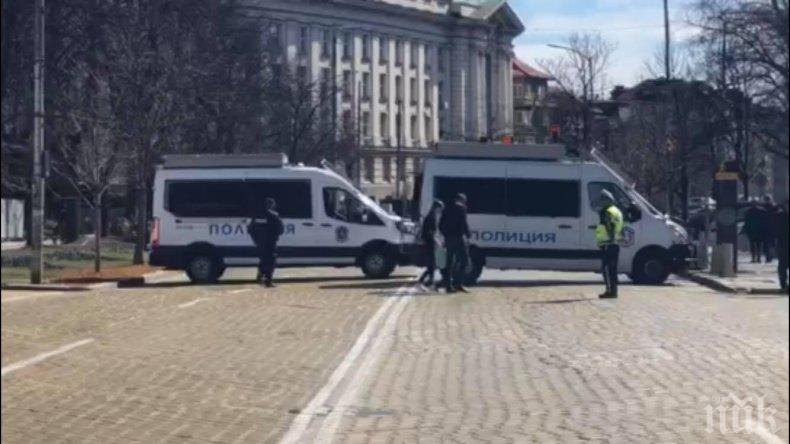 САМО В ПИК TV: Полиция блокира скандално центъра на София - спират семейства с деца заради еврейско събитие, софиянци в шок