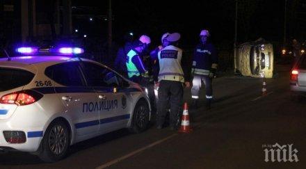Кола се обърна по таван и блокира улица в Хасково (СНИМКИ)