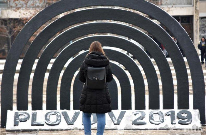 """Гей скандал разтърси фондация """"Пловдив 2019"""" - искат оставката на артистичния директор, кметът Тотев скочи да я брани"""
