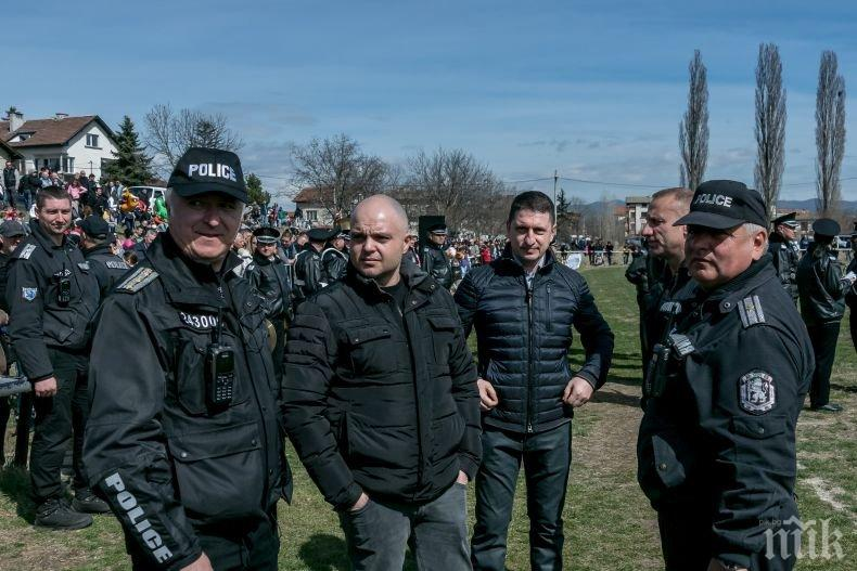 Конни полицаи от СДВР демонстрират майсторска езда (СНИМКИ)