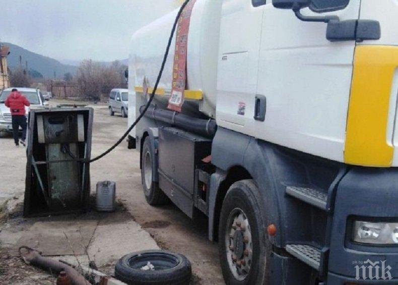 УДАР: Митничари откриха нелегална бензиностанция в двор