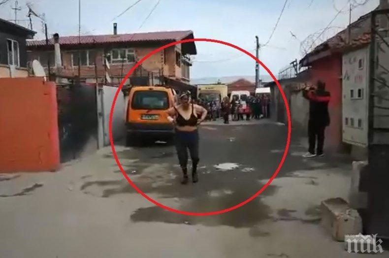 КУЛТУРЕН ШОК: Дърта циганка реве и прави стриптийз за арестувания ромски барон в Бургас (ПОТРЕСАВАЩО ВИДЕО)