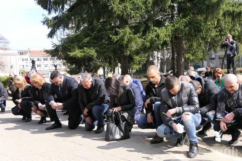 Младен Маринов се поклони пред паметта на загиналия командос Емил Шарков (СНИМКИ)