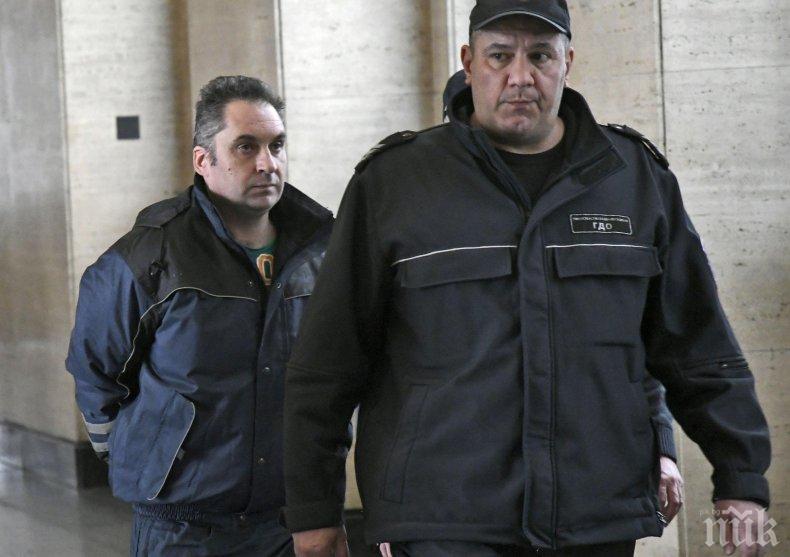 ОТ ПОСЛЕДНИТЕ МИНУТИ: Ето го Радослав, който наръга смъртоносно майка си 15 пъти (СНИМКИ)