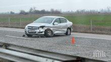 """ЗРЕЛИЩНО: Катастрофа на """"Тракия"""" - бус изсипа кола в насрещното"""