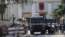 НОВИ СБЛЪСЪЦИ: Демонстранти щурмуваха сградата на полицията в Тирана