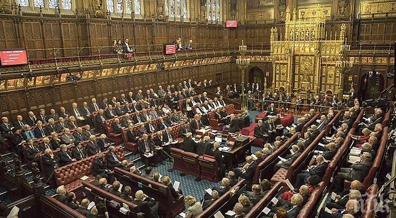 Съветват членовете на британския парламент да се движат на групи и с таксита заради страх от тормоз
