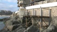 ПОРЕДНО БЕЗОБРАЗИЕ: Ресторант вдигна тераса върху скалите в Стария Созопол