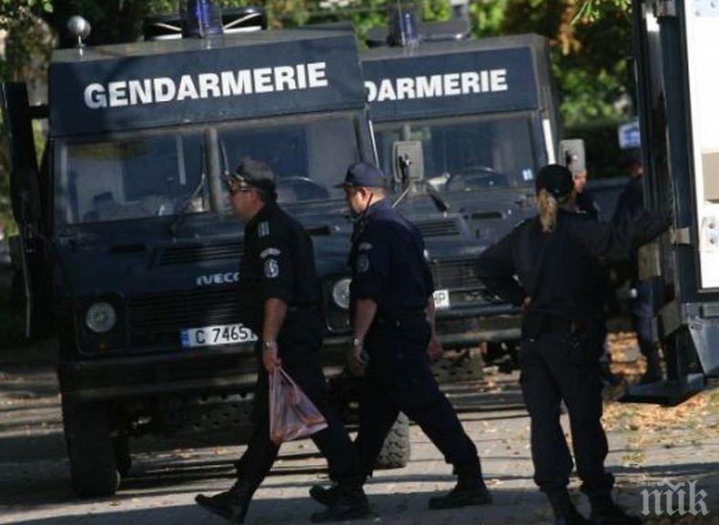 Маскирани нахлуха в Крива бара, селото почерня от полиция и жандармерия