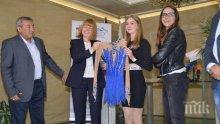 """Фандъкова подари рокля с 5000 камъка """"Сваровски"""" на шампионката Александра Фейгин"""