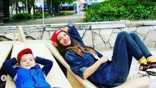 ДОБРИЯТ ПРИМЕР: Диляна Попова и Борил чистят плевенска градинка