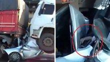 Очевидци на брутална катастрофа бяха убедени, че шофьорът е мъртъв, но изведнъж... той им протегна ръката си (ВИДЕО)