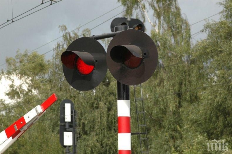 ТЕЖЪК ИНЦИДЕНТ: Влак помете кола на жп прелез в Казанлък