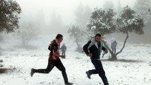 Израел трепери от студ, сняг и гръмотевични бури