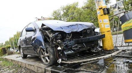 ЕКШЪН В СОФИЯ: Мъртво пияна шофьорка отнесе стълб на столичен булевард (СНИМКИ)