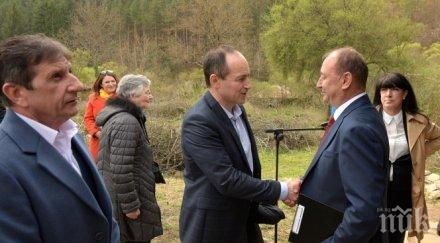 Андрей Ковачев откри плоча на избитите от комунизма в партизанското село Свежен