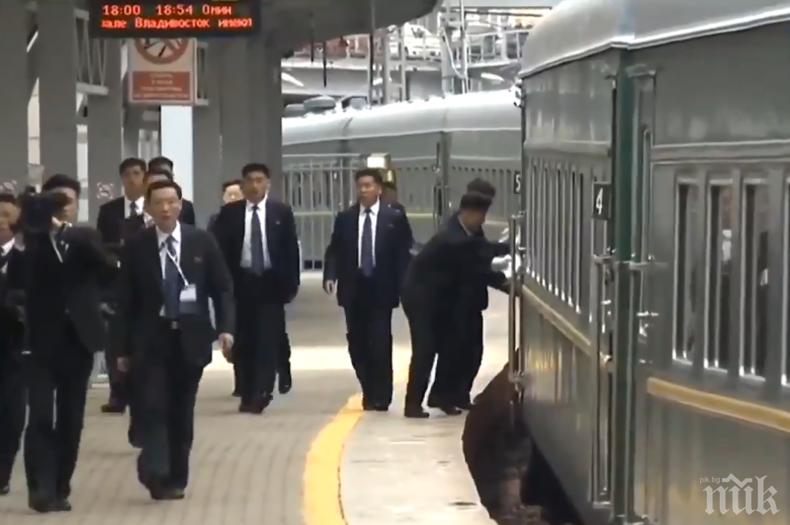 ВСИЧКО ЗА ВОЖДА: Охранители на Ким Чен Ун търчат след влака и лъскат дръжките на вратите (ВИДЕО)
