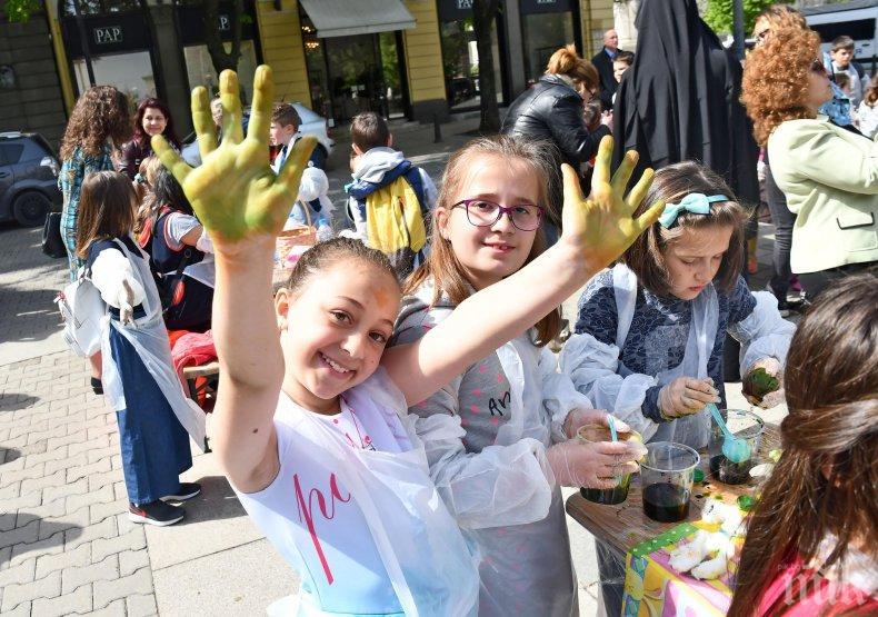 ЗА ПРИМЕР: Деца от столични училища боядисваха яйца с благородна цел