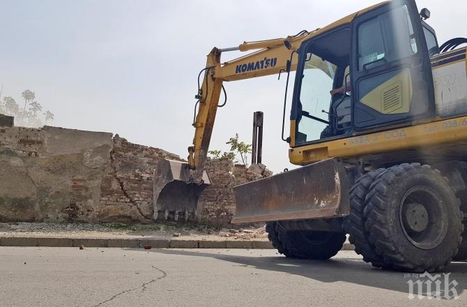 Министерството на отбраната събори ограда убиец в Хасково (СНИМКИ)