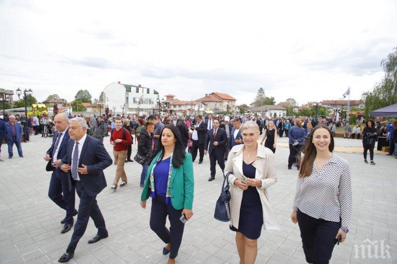 Кандидатите за евродепутати Ева Майдел и Лиляна Павлова присъстваха на откриването на обновения централен градски площад в Костинброд