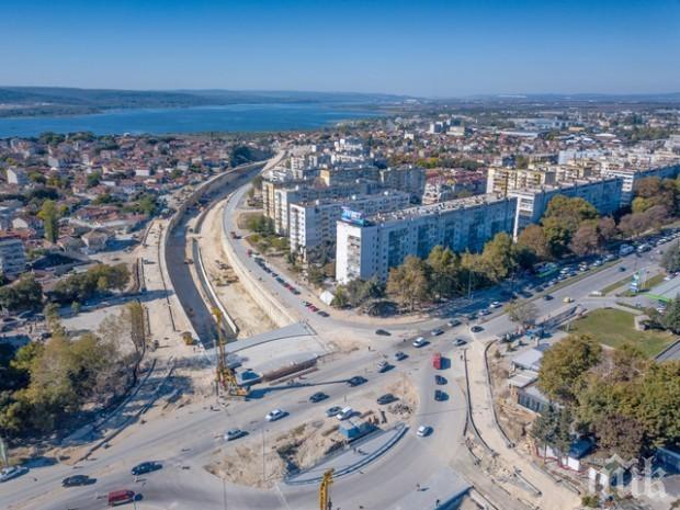 """НАПАСТ: Цигани от """"Максуда"""" мятат павета по по колите на новия булевард """"Левски"""""""