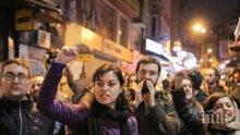 """Опозицията в Турция заговори за """"цивилен преврат"""", тропат с тенджери и тигани"""