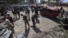 Десетки убити и ранени при експлозия край храм в Пакистан