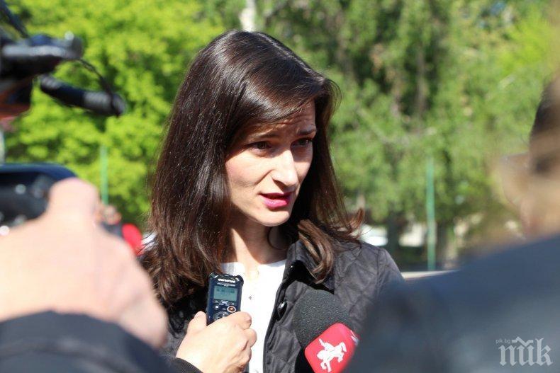 Мария Габриел в Перник: Ще работя за това образованието и културата да стоят високо в дневния ред на ЕС