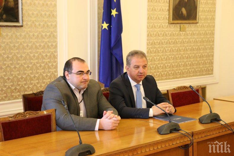 Борис Ячев и студенти разговаряха в Парламента за антикорупционното законодателство