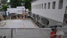 Районен архитект допуснал строителството в двора на бургаското училище, наказват го