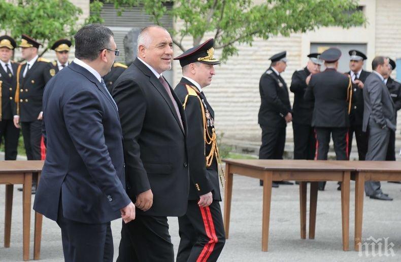 ПЪРВО В ПИК TV: Борисов и Маринов въвеждат супер ново оборудване на полицаите (ОБНОВЕНА/СНИМКИ)