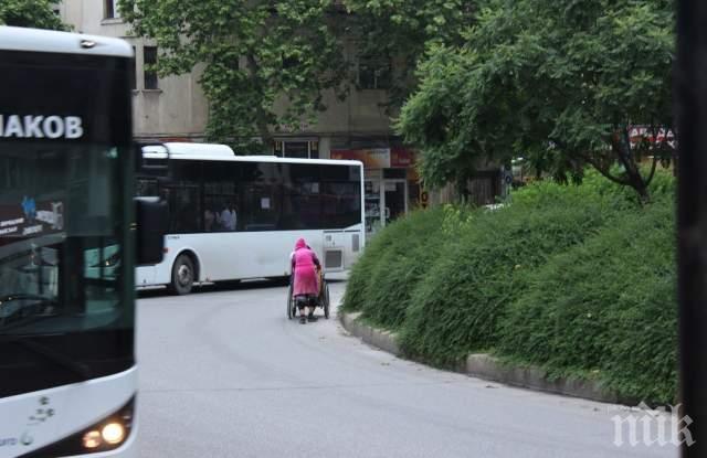 Жена с инвалидна количка на косъм от фатален инцидент (СНИМКИ)