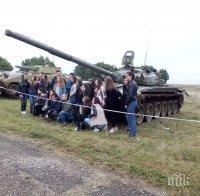 Стотици ученици присъстваха на показа на въоръжение и техника, организиран от Националния военен университет