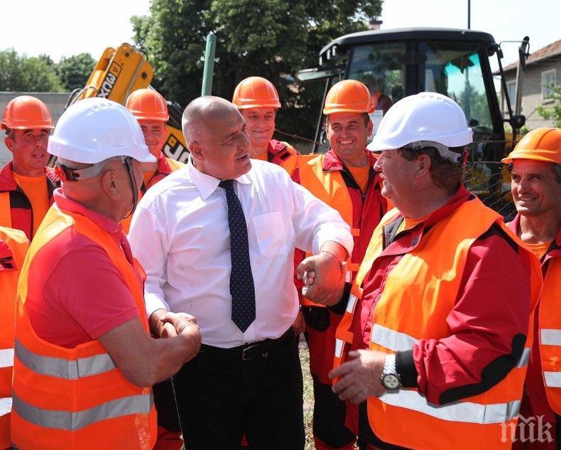 ПЪРВО В ПИК TV: Борисов инспектира изграждането на околовръстния път на Пазарждик - премиерът вози кмета и Томислав Дончев (СНИМКИ/ОБНОВЕНА)