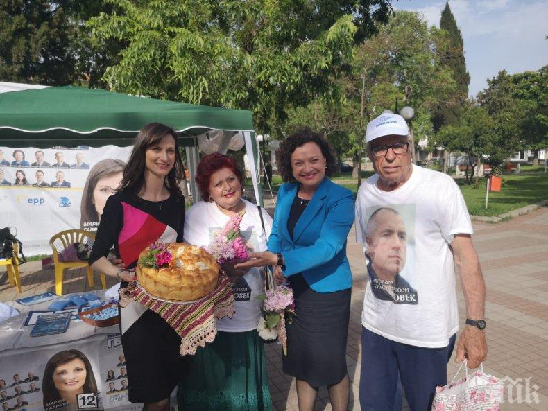 Мария Габриел и Ивелина Василева се срещнаха с жителите на Поморие