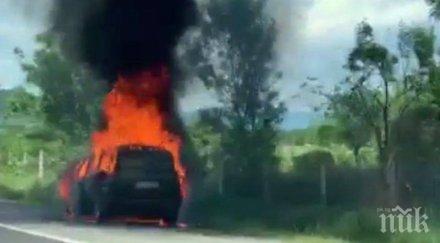 """ОТ ПОСЛЕДНИТЕ МИНУТИ: Кола изгоря на магистрала """"Тракия"""" (ВИДЕО)"""