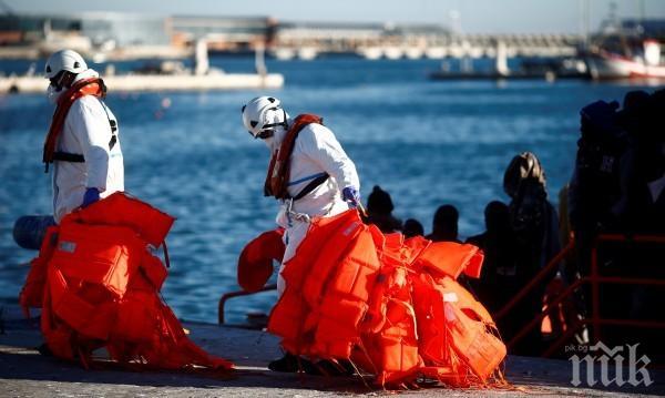 Спасиха нелегални мигранти от потъващи лодки край Либия