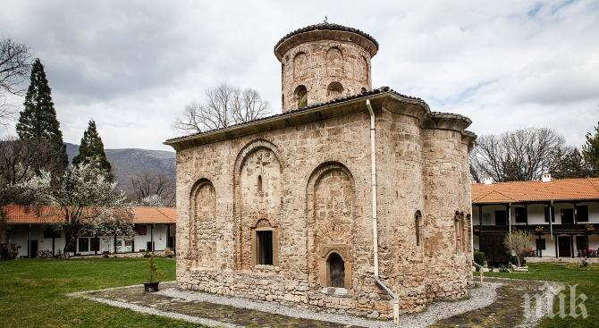 Раздават курбан в Земенския манастир