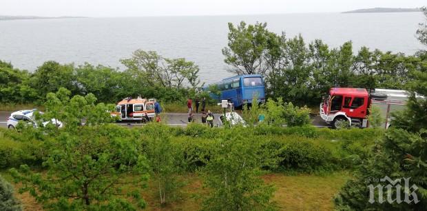 Кръв на пътя за Созопол! БМВ с двама младежи се заби в автобус