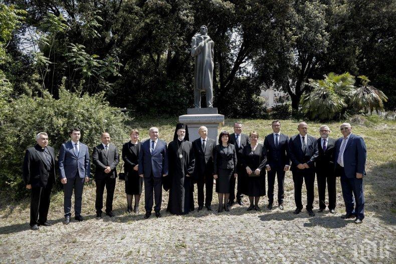Цвета Караянчева поднесе цветя пред паметника на Иван Вазов в Рим