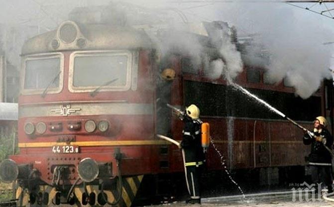 ОТ ПОСЛЕДНИТЕ МИНУТИ: Запали се локомотивът на влака от София за Горна Оряховица (ОБНОВЕНА)