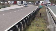 """ИЗВЪНРЕДНО: Автомобил гори в бързата лента на магистрала """"Тракия"""""""