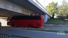 ОТ ПОСЛЕДНИТЕ МИНУТИ: Автобус се заклещи под мост в Пловдив, стана кабрио