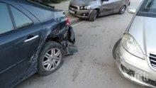 Сервитьорка заспа зад волана и блъсна две паркирани коли