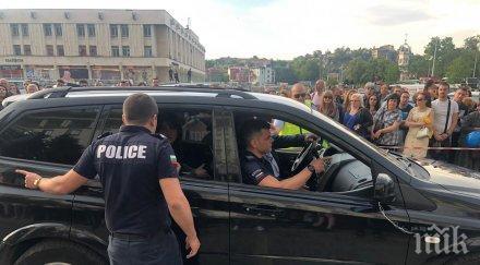 ДИВОТИЯ: Стрелба с пистолет на баловете в Пловдив! Върнаха абитуриент в джипа, полицай го откара в районното
