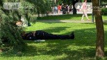 Мъж с разкопчан дюкян лежи в Цар-Симеоновата градина в Пловдив (ВИДЕО/СНИМКА)