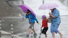 Проливен дъжд се сипе над София, улиците се превърнаха в реки