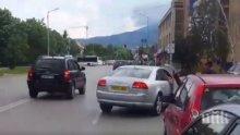Ужас в Студентски град: Мъж влачи жена с колата си