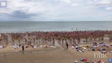 КАУЗА: 1800 жени влязоха голи в морето (ВИДЕО 18+)